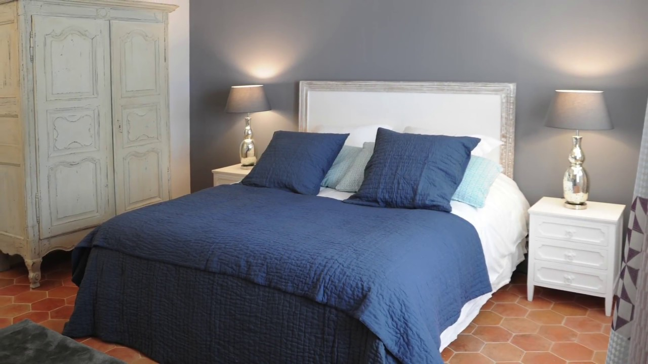 Décoration d\'une chambre couleur bleu marine. French country bedroom  decorating