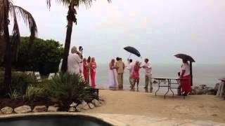 Fulmine quasi colpisce una coppia che si sposa sulla spiaggia