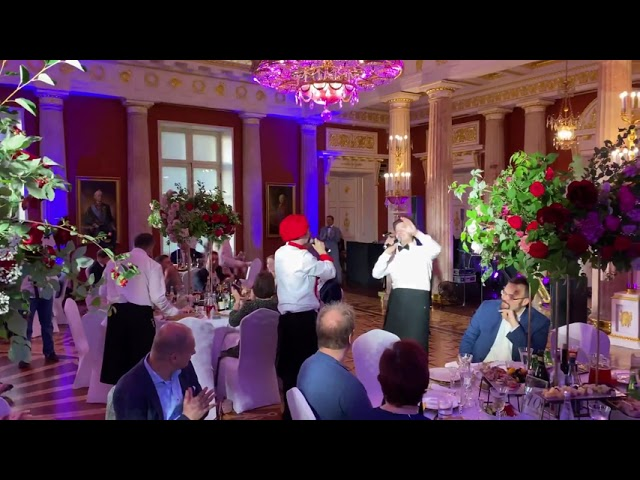 Поющие официанты на свадьбе