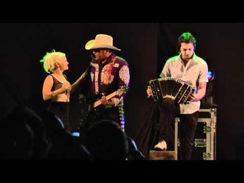 Diego y Gisela con Bronco.mpg