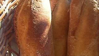 焼きたてなので パンのはじける音が聞こえます.