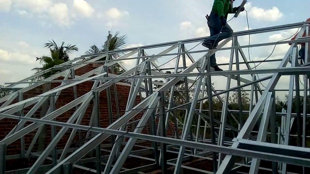 Pemasangan Rangka Atap Rumah Dengan Baja Ringan Youtube