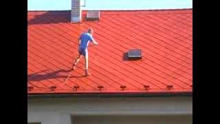 Nátěry střech - Redok s.r.o.: Renovační nátěr eternitové střechy - II. vrstva barvy