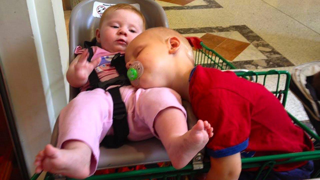 Geschwister, die zusammen spielen und lachen - lustigste Heimvideos