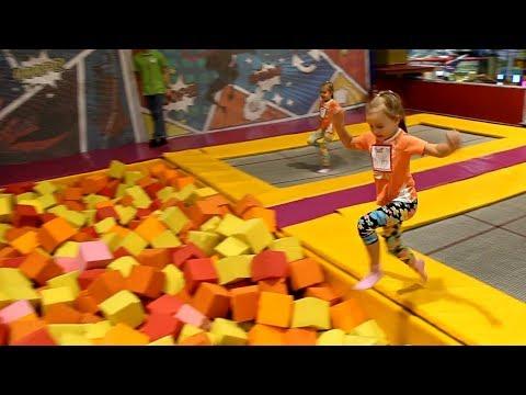 ОГРОМНЫЕ БАТУТЫ Развлекательный детский центр с батутами бассейном с кубиками Развлечения для детей