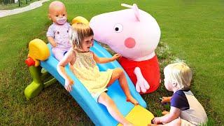 Бьянка и Карл катаются с горки! Видео для детей с игрушками Свинка Пеппа и Беби Бон - Мамина школа