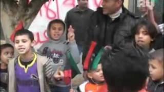 Ливийские повстанцы истязают пленных и рубят головы...