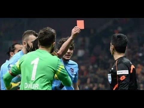 Удаление века: Футболист показал судье красную карточку.