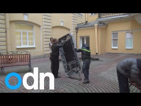 Steve Jobs memorial torn down in Russia after Apple CEO Tim Cook comes out as gay - 동영상