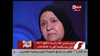 """بالفيديو.. السيسى يقبل يد أم الشهيد إسلام وتؤكد: """"الله يجبر بخاطره"""""""
