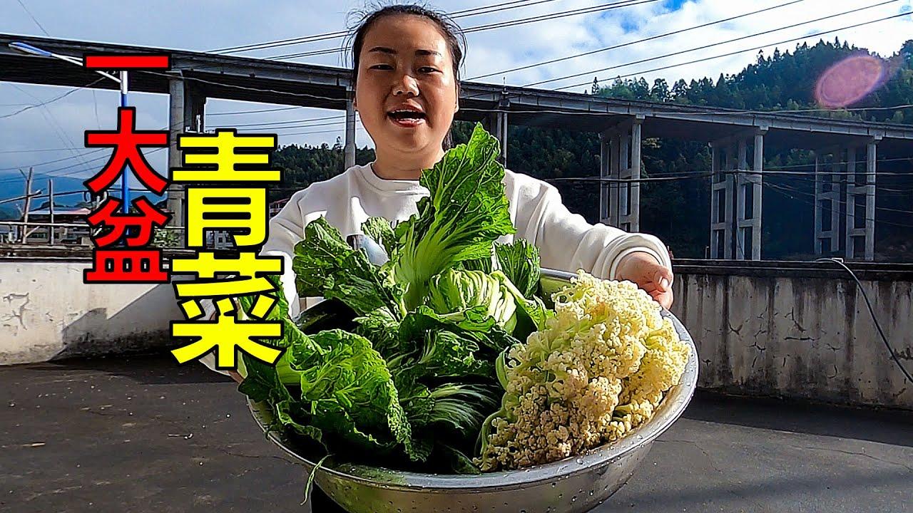 公公婆婆忙著搬運木頭,兒媳摘菜煮飯,普通的鄉村生活   Make a simple peasant dish, stir-fried pork with mustard greens
