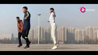 Tràng trai dừng hình với bước nhảy shuffle của cô gái xinh đẹp