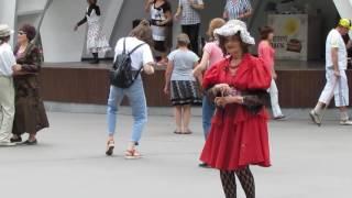 Girls dancing in the park !Девушки танцуют в парке !