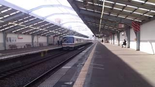 大正駅にて、381系くろしお号と221系のトップナンバーに遭遇しました。