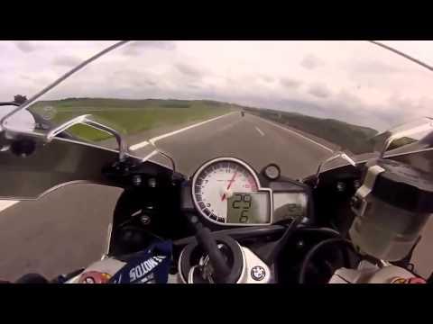 Kinh hoàng lái xe phân khối lớn với tốc độ 300km/h