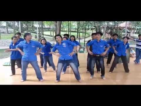 Dân vũ té nước Thái Lan đây do CLB Nhiệt Huyết Trẻ trình bày