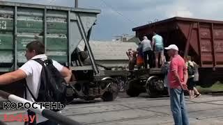 На залізничному переїзді в Коростені потяг збив чоловіка, утворився великий затор