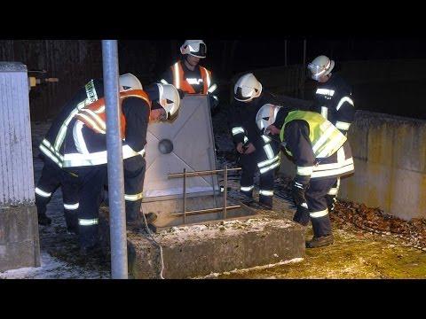 Mann stürzt bei Waldeck-Sachsenhausen in Schacht: Feuerwehr rettet Schwerverletzten