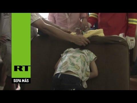 China: El rescate de un niño atorado en un sofá