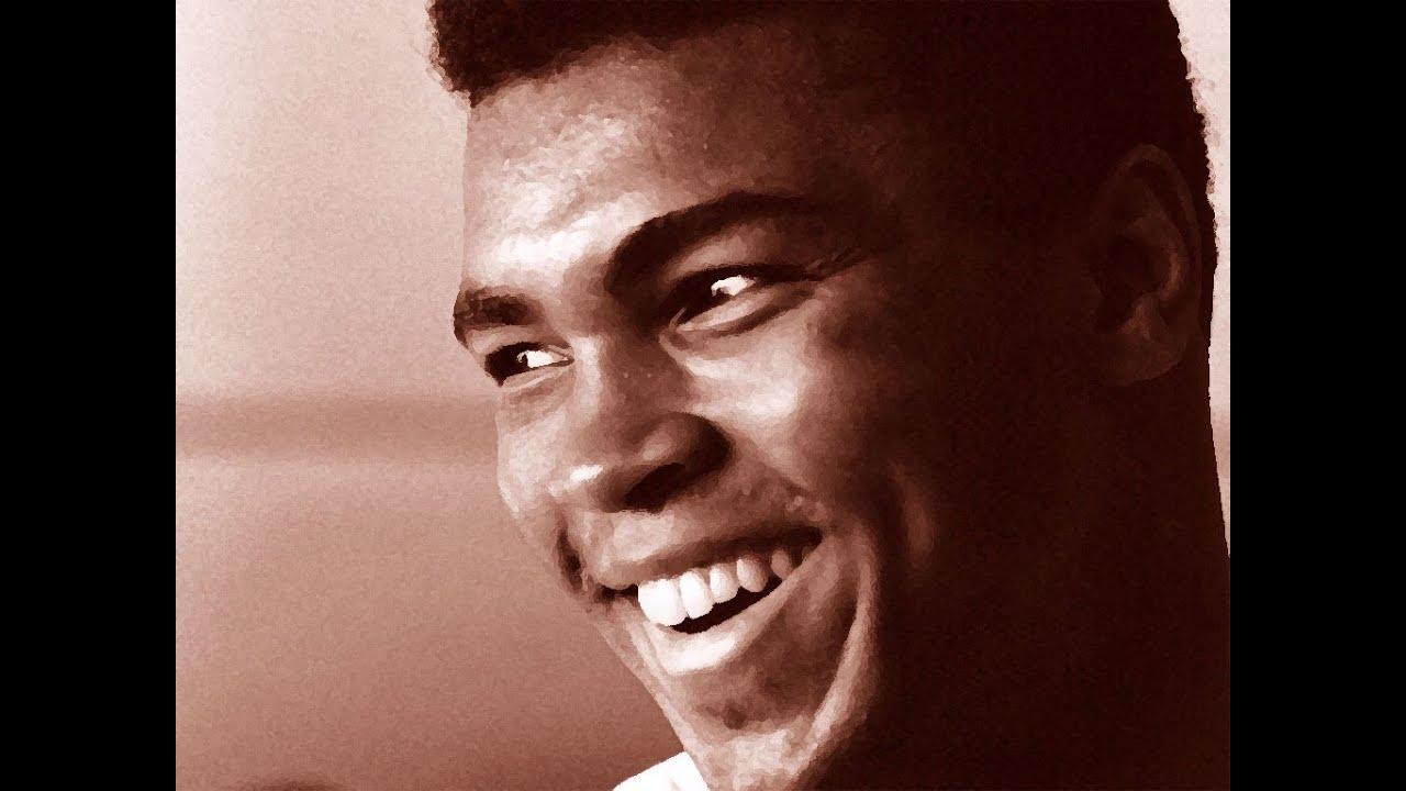 Un fotogramma dell'atleta quando era ancora sul ring, capelli ricci denti perfetti e bianchi, un uomo di colore con un corpo perfetto
