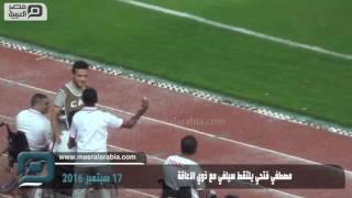 مصر العربية   مصطفي فتحي يلتقط سيلفي مع ذوي الاعاقة