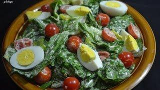 Ensalada con lechuga, huevos , tomates y aguacates