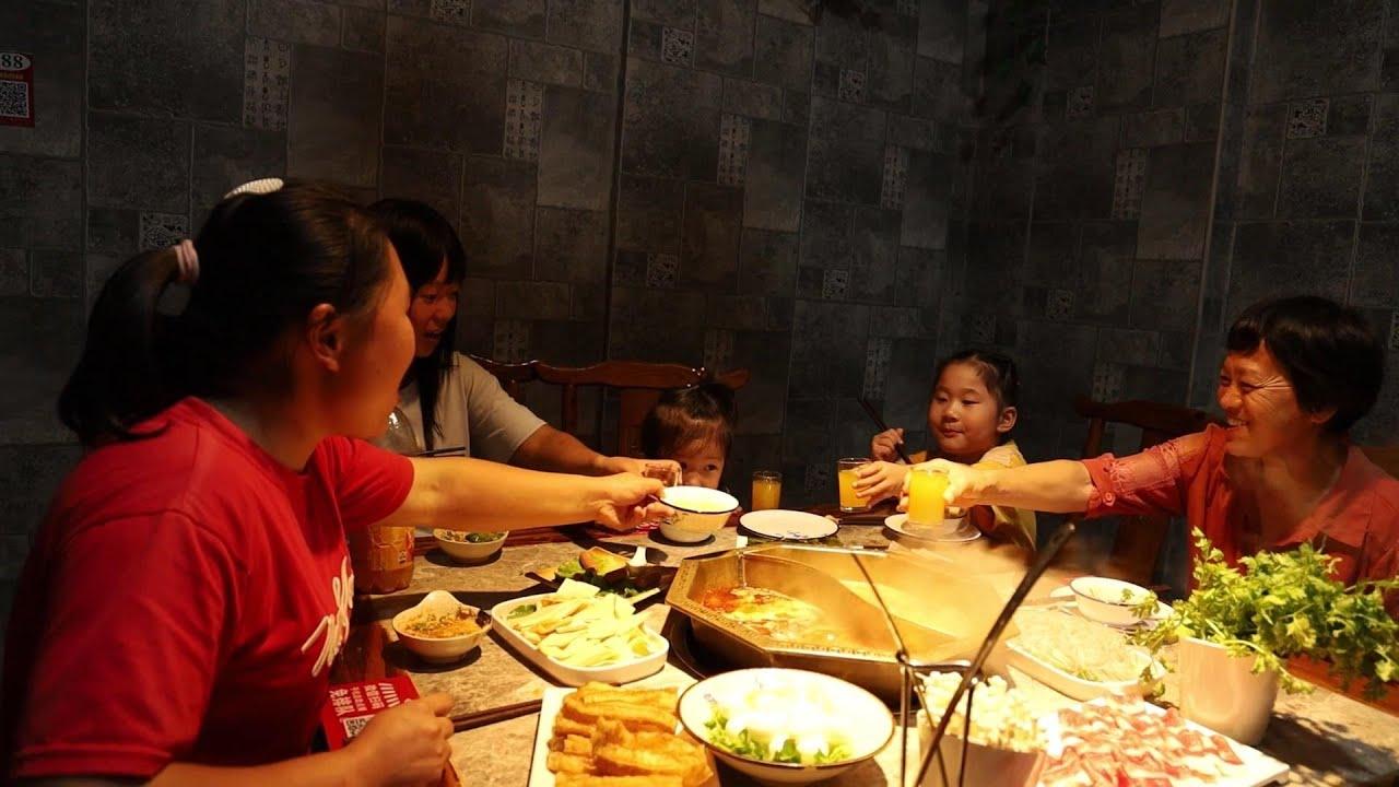 婆婆馋嘴火锅,胖妹请客做东,祖孙三代五个人,边吃边玩好开心~【陈说美食】