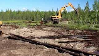 Болотный экскаватор амфибия ломает лес, идет по болоту Нижневартовск 2013г(Экскаватор-амфибия «AmphiMaster» - это землеройная строительная техника, предназначенная для эксплуатации в..., 2013-10-02T05:52:24.000Z)