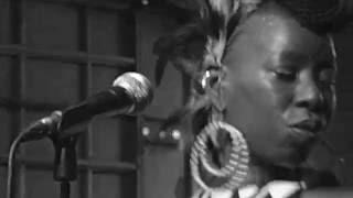 "Shirley Davis & The Silverbacks. ""What Can I Do"".Intruso.16.09.16"