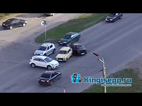 В сети появилось видео с веб-камеры странного ДТП на Бульваре Победы в Кингисеппе. KINGISEPP.RU