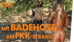 Mit Badehose am FKK-Strand