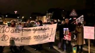 Les manifestants bloquent la rue pour l arbre de la cathédr