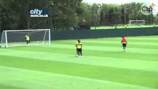 Balotelli trọc quê Joe Hart trong sân tập Mancity   Clip vn