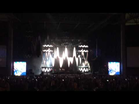Brad Paisley; talented montage of classic rock riffs Tampa, FL 8/15/14