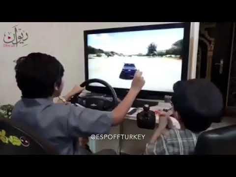Arap çocukların oyun konsoluyla drifti