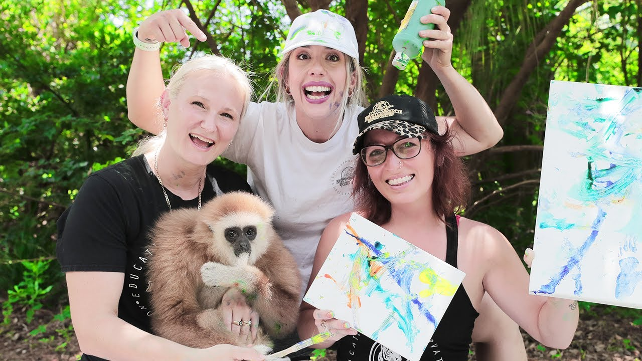 GIBBON MONKEY LEARNING HOW TO PAINT!