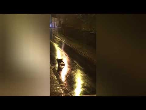 Autogestión ciudadana para recolocar una tapa de alcantarilla que saltó en la Rúa Santiago