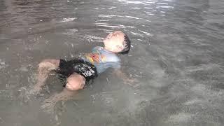 《亨亨隨手拍》水中漂浮玩水