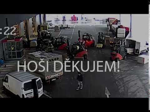 Trabajadores rodean con sus montacargas a un grupo de ladrones en un almacén