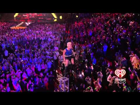P!NK - So What (iHeartRadio Music Festival) - Amazing performance!