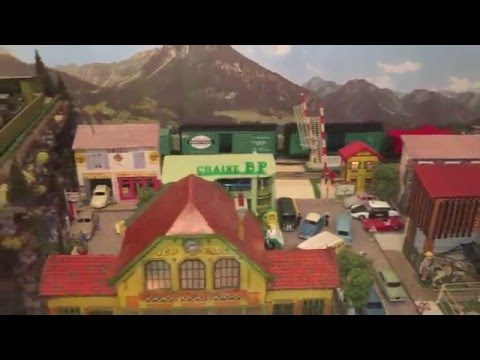 O Gauge railroad layout. Lionel & MTH New York Central System freight train. Train jouet. O Scale.