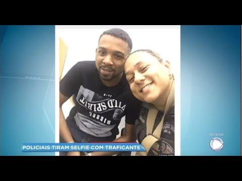 Download Após prisão, policiais tiram selfies sorrindo com traficante Rogério 157