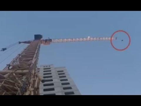 Руфер забрался на башенный кран, испугался и вызвал спасателей