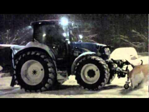 new holland traktor im winterdienst youtube. Black Bedroom Furniture Sets. Home Design Ideas