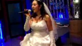 Невеста посвящает песню своему брату