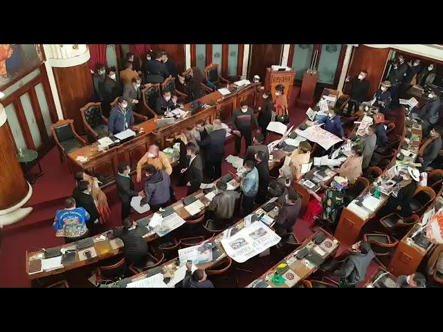 Con patadas y puñetes, asambleístas protagonizan una pelea en la Asamblea |  Diario Pagina Siete