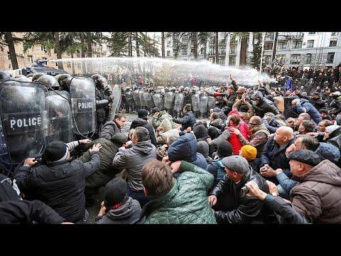 شاهد: الشرطة الجورجية تتصدى لمحتجين حاولوا اقتحام البرلمان…  - نشر قبل 1 ساعة