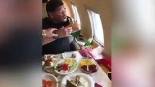 Maradona totalmente desatado en el avión tomando alcohol