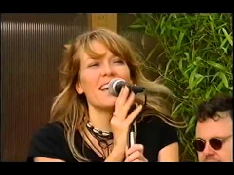 Cerys Matthews - Caught In The Middle (Live)
