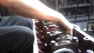 Показано как должен вращаться коленвал в блоке двигателя Д 260